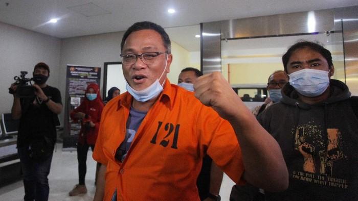 Tersangka Petinggi Komite Eksekutif Koalisi Aksi Menyelamatkan Indonesia (KAMI) Jumhur Hidayat (kanan) tiba untuk menjalani pemeriksaan di gedung Bareskrim Polri, Jakarta, Jumat (16/10/2020). Jumhur Hidayat  diperiksa Direktorat  Siber Bareskrim Polri sebagai tersangka dalam kasus penyebaran informasi yag ditujukan untuk menimbulkan rasa kebencian atau pemberitahuan bohong dengan menerbitkan keonaran dikalangan rakyat terkait penolakan  terhadap pengesahan UU Cipta Kerja. ANTARA FOTO/Reno Esnir/pras. *** Local Caption ***