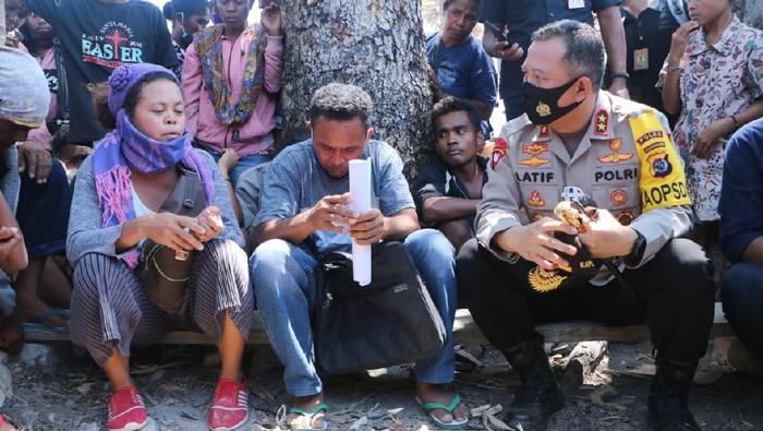 Kapolda NTT Irjen Lotharia Latif berdialog dengan warga Besipae perihal sengketan lahan Pemprov NTT