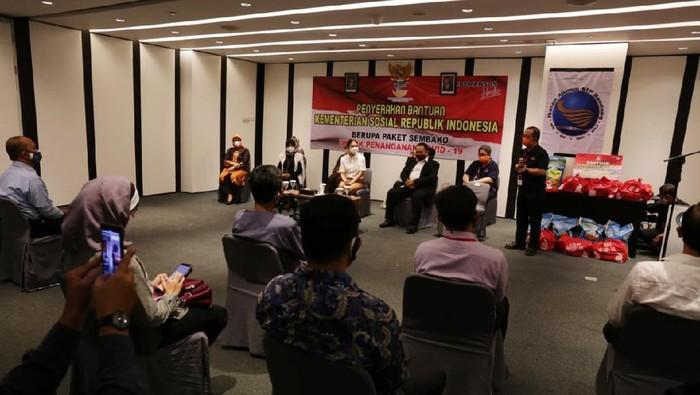 Kementerian Sosial menyerahkan bansos sembako presiden kepada karyawan hotel terdampak COVID-19. Bansos diserahkan oleh Penasihat Dharma Wanita Persatuan Kemensos Grace Batubara.