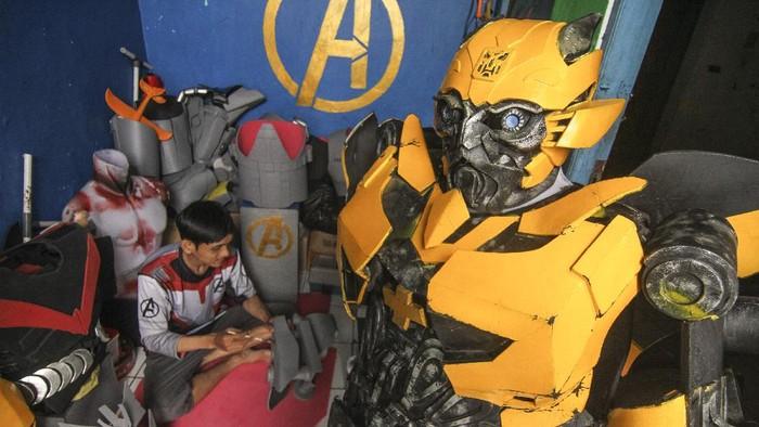 Perajin menyelesaikan pembuatan kostum robot tokoh Bumblebee dalam film Transformers di rumah produksi Purba Kostum, Depok, Jawa Barat, Jumat (16/10/2020). Kerajinan kostum karakter robot tersebut dijual seharga Rp1 juta hingga Rp6 juta per unit tergantung tingkat kerumitan dan dipasarkan melalui sistem daring. ANTARA FOTO/Asprilla Dwi Adha/wsj.