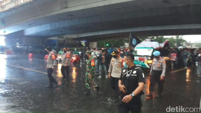 Mahasiswa yang berdemo dan bakar ban di Flyover Kuningan, Jaksel membubarkan diri karena hujan turun