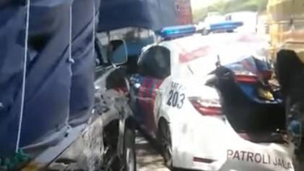 Brak! Mobil PJR Polisi Ringsek Ditabrak Truk Rem Blong