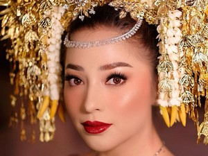 Ini Scarf Cantik Berhias Kristal yang Jadi Souvenir Pernikahan Nikita Willy