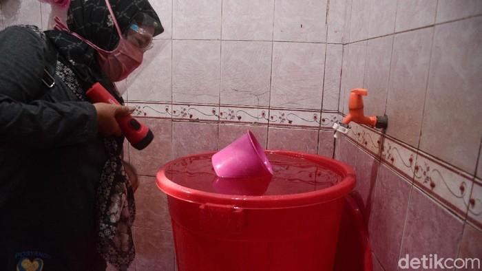Operasi jentik nyamuk untuk menangkap penyakit demam berdarah dilakukan di Kelurahan Tanah Baru, Beji, Kota Depok, Jabar, Jumat (16/10/2020). Seluruh genangan air, seperti bak ember dan selokan diperiksa dengan teliti.