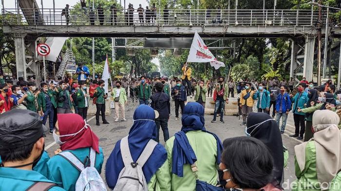 Massa mahasiswa mulai datang dan berunjukrasa di Jl Medan Merdeka Barat,  Jumat (16/10/2020). Mereka mendesak pemerintah membatalkan UU Cipta kerja.