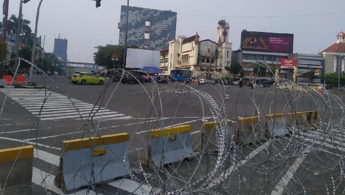 Pengamanan di kawasan Harmoni ke arah Istana Ditutup Kawat Berduri.