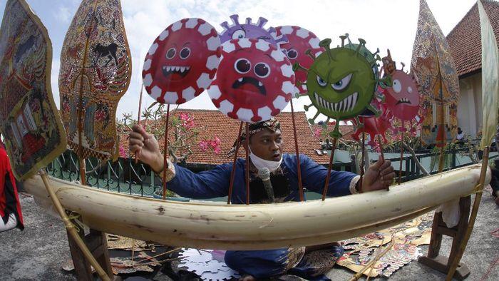 Guru SD Muhammadiyah 1 Solo, Ki Agung Sudarwanto mementaskan wayang untuk menyambut Hari Santri dan Hari Sumpah Pemuda di sekolah setempat, Solo, Jawa Tengah, Jumat (16/10/2020). Pentas wayang yang menceritakan pandemi COVID-19 tersebut sebagai media alternatif guru dalam berinovasi dan berkreatifitas seni saat jeda pembelajaran jarak jauh dengan siswa. ANTARA FOTO/Maulana Surya/pras.