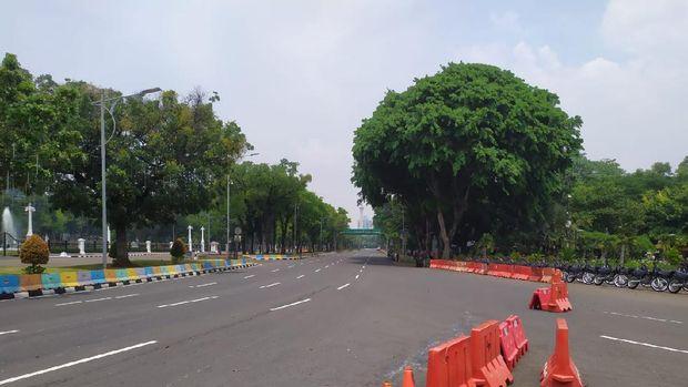 Penutupan Jalan Medan Merdeka Barat di depan Istana Negara jelang demonstrasi BEM SI menolak omnibus law UU Cipta Kerja.