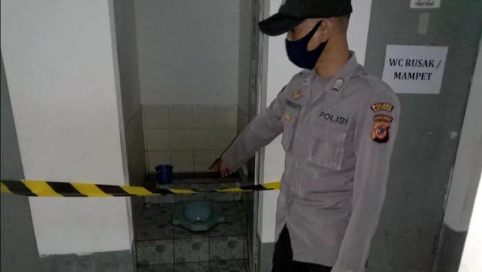 Polsek Parakansalak melakukan olah TKP penemuan mayat janin bayi perempuan di sebuah perusahaan garmen (dok. Istimewa)
