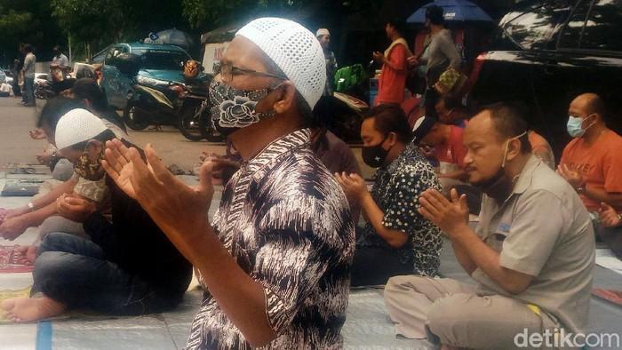 Umat Islam melaksanakan salat jumat di kawasan Sarinah Jakarta, Jumat (16/10/2020).