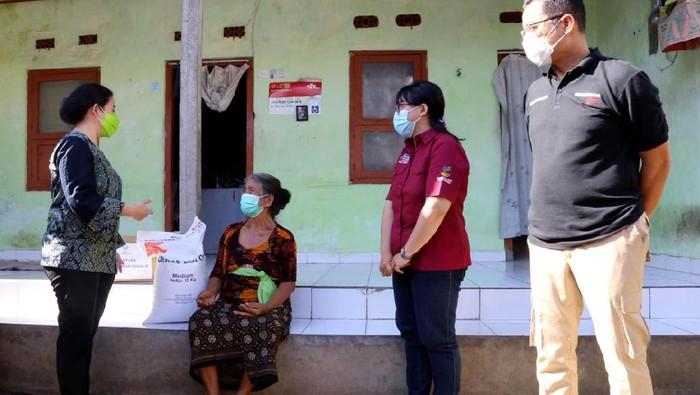 Ketua DPR RI Puan Maharani meminta pemerintah terus memperhatikan nasib masyarakat Bali yang terdampak pandemi COVID-19. Menurut Puan, sektor pariwisata sebagai penopang utama ekonomi masyarakat Bali, kini lumpuh akibat pandemi.
