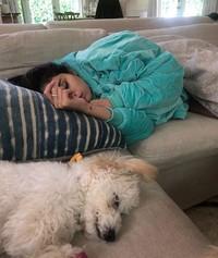 Selena Gomez dikenal sebagai pecinta anjing. Buktinya dia telah mengadopsi 7 anjing sejauh ini. Nih saat Selena tertidur di sofa dengan Winnie.