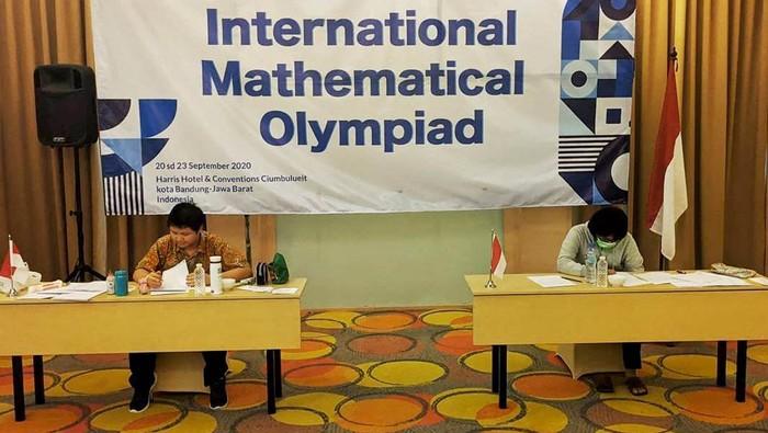 Salah seorang siswa asal Indonesia berhasil menorehkan prestasi di ajang International Mathematical Olympiad (IMO) 2020 yang digelar secara daring di Bandung, Jawa Barat.