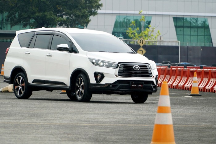 Toyota New Kijang Innova dan New Fortuner