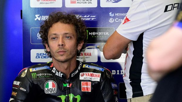 (FILES) In this file photo taken on July 25, 2020, Monster Energy Yamaha's Italian rider Valentino Rossi attends the fourth MotoGP free practice session of the Andalucia Grand Prix at the Jerez race track in Jerez de la Frontera. - Seven-time MotoGP world champion Valentino Rossi said on October 15, 2020, he has tested positive for coronavirus and will miss this weekend's Grand Prix of Aragon. (Photo by JAVIER SORIANO / AFP)