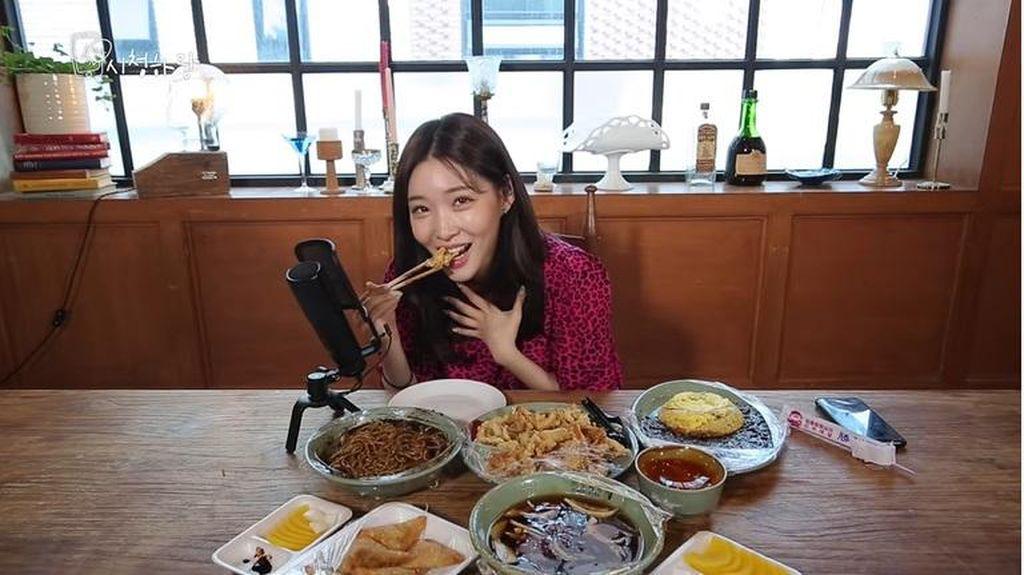 Begini Serunya Chungha Saat Mukbang ASMR Jjajangmyeon