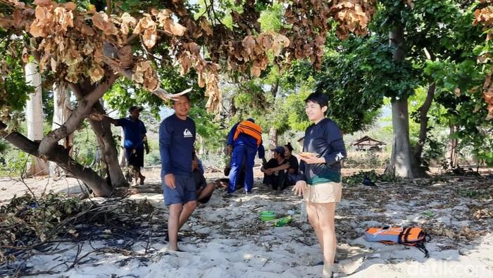 Dua Wisatawan Terdampar di Pantai Merak