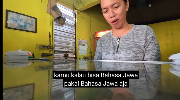 Jalan-jalan ke Mojokerto, Bule Ini Prank Penjual Makanan