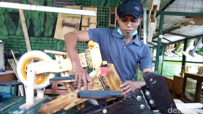 Pandemi COVID-19 membuat jam kerja Nugroho Sigit Riyadi (37) dipotong. Warga Bantul ini kemudian memanfaatkan waktu luangnya dengan membuat push bike kayu.