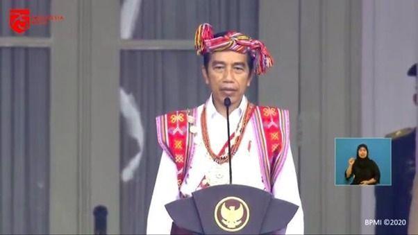 Jokowi mengenakan pakaian adat