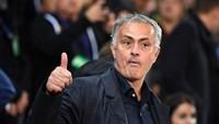 Posting Instagram Mourinho: Ngemil di Pesawat sampai Ukur Gawang