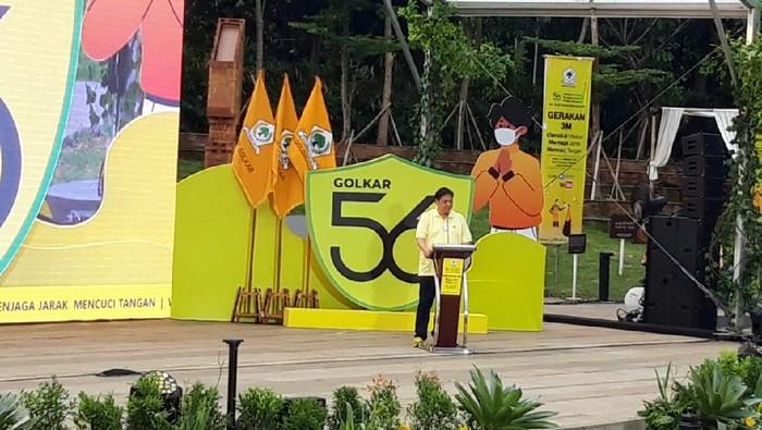 Ketua Umum Partai Golkar Airlangga Hartarto dalam kampanye 3M dan membagikan 4 juta masker di HUT ke 56 Partai Golkar.