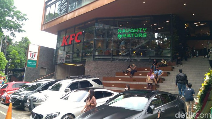 KFC di Senopati, Jaksel, terpantau tetap buka melayani pembeli. Sebelumnya Camat Kebayoran Baru menyatakan KFC tersebut disanksi karena melanggar ketentuan PSBB Transisi (Adhyasta Dirgantara/detikcom)