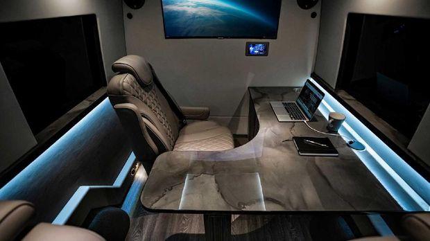 Kabin mobil  Mercedes-Benz Sprinter disulap jadi kantor mewa.