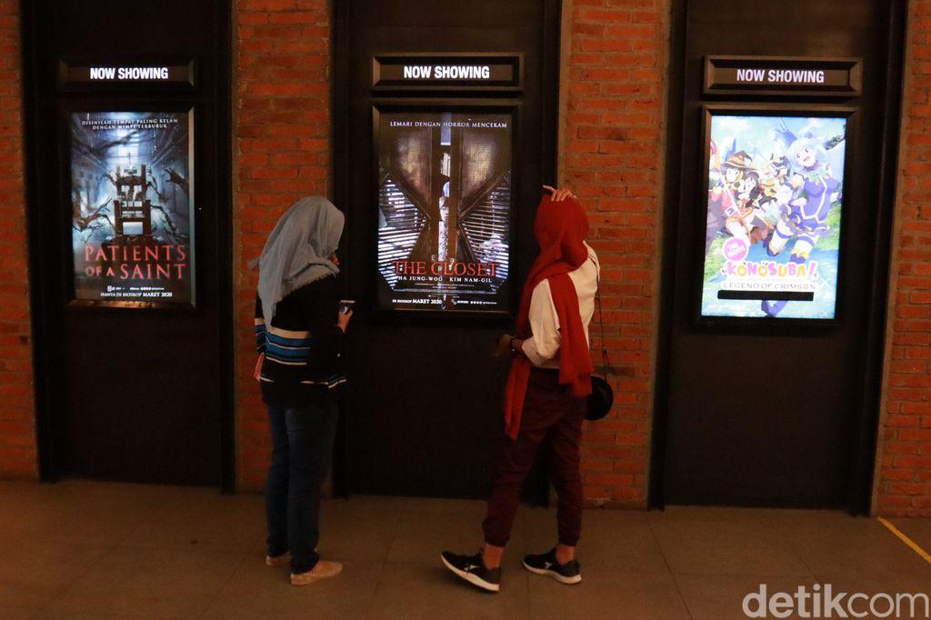 Bioskop di Bandung sudah kembali beroperasi namun penontonnya masih minim. Suasana pun terasa amat sunyi.