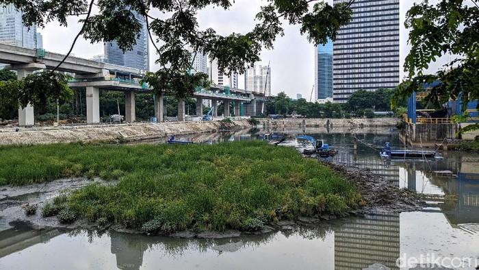 Endapan lumpur di waduk Setiabudi Barat, Jakarta Selatan, tengah dikeruk. Endapan lumpur tersebut sudah membentuk daratan dengan rumput liar di atasnya.