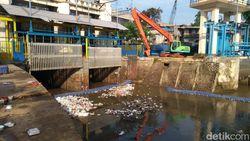 Pintu Air Manggarai Normal Pagi Ini, 3 Ekskavator Angkat Sampah dari Sungai