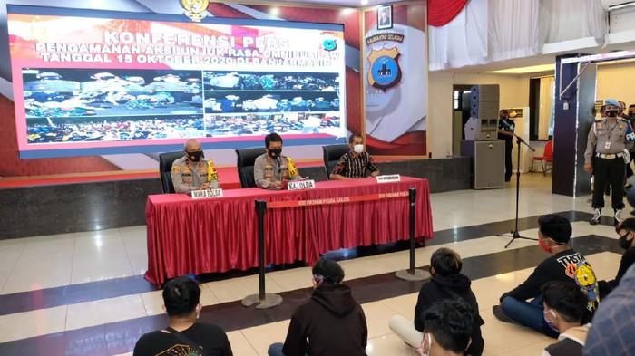 Polda Kalsel amankan 374 orang diduga penyusup demo Omnibus Law di DPRD Kalsel. Setelah didata, mereka dipulangkan. (dok. Istimewa)