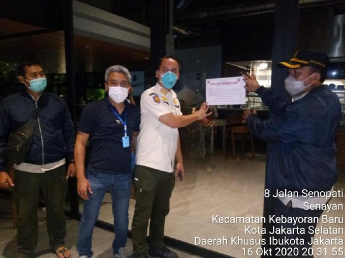 Satpol PP segel restoran di Jaksel karena melanggar aturan PSBB masa transisi.