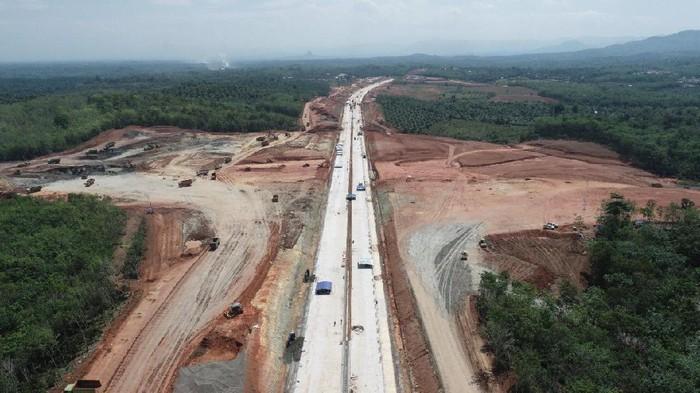 PT Hutama Karya membangun feeder tol Trans Sumatera koridor Palembang – Bengkulu. Pembangunan nya saat ini tengah dalam proses konstruksi.