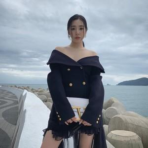 Gaya Seksi Tiffany Young Pamer Pundak Pakai Baju Rp 174 Juta
