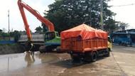 3 Truk Angkut Sampah dari Pintu Air Manggarai Usai Hujan Deras