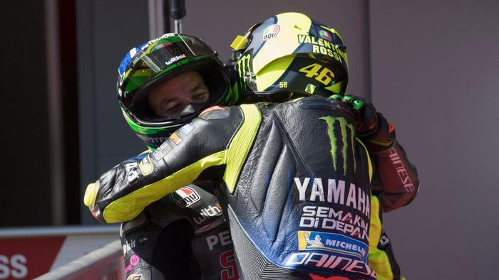 BARCELONA, SPAIN - SEPTEMBER 26: Valentino Rossi of Italy and Monster Energy Yamaha MotoGP Team celebrates with Franco Morbidelli of Italy and Petronas Yamaha SRT (L) at the end of the MotoGP qualifying practice during the MotoGP of Catalunya: Qualifying during qualifying for the MotoGP of Catalunya at Circuit de Barcelona-Catalunya on September 26, 2020 in Barcelona, Spain. (Photo by Mirco Lazzari gp/Getty Images)