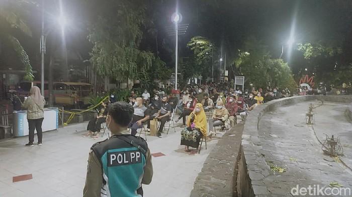 Asyik Nongkrong di Taman Bungkul, Ratusan Warga rapid test