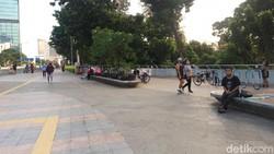 Meski PSBB di DKI kembali dilonggarkan, kegiatan car free day masih belum dibuka. Namun ini tak menyurutkan minat warga berolahraga di Jl Sudirman-Thamrin.
