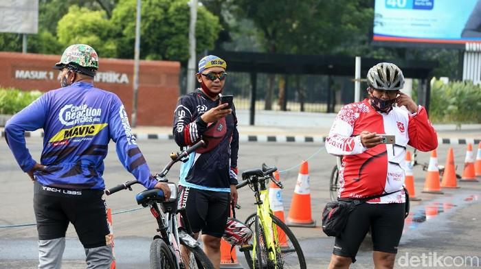 Sejumlah pesepeda bergerombol di Jalan Jend. Sudirman, Jakarta, Minggu (18/10/2020). Bersepeda kini menjadi olahraga dan juga aktifitas pilihan banyak warga DKI Jakarta untuk sekaligus melepas rasa penat saat pemberlakuan PSBB Transisi.