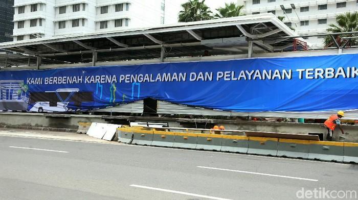 Halte TransJakarta di Jalan MH Thamrin dirusak perusuh demo Omnibus Law UU Cipta Kerja. Saat ini halte tersebut sudah mulai diperbaiki.