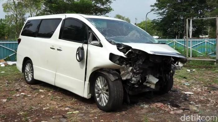 Mobil Alphard yang ditumpangi Ahmad Hanafi Rais terlibat kecelakaan beruntun di Tol Cipali, Minggu (18/10/2020). Mobil yang ditumpangi putra Amien Rais itu pun rusak.