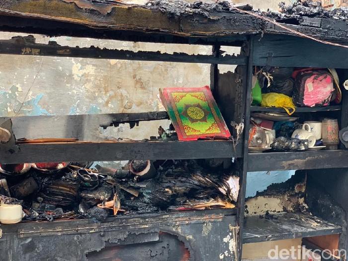Tiga rumah di Jalan Dapuan Tegal IX Surabaya terbakar. Dalam salah satu rumah yang ludes terbakar, ditemukan Al-Quran yang masih utuh.