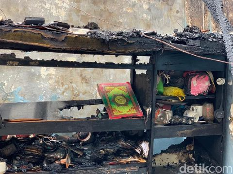 Tiga rumah di Jalan Dapuan Tegal IX Surabaya terbakar. Dalam salah satu rumah yang ludes terbakar, ditemukan Al-Qur'an yang masih utuh.