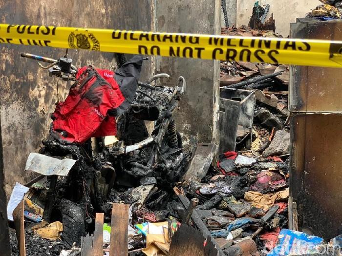 Kebakaran melalap tiga rumah di Surabaya. Selain rumah dan isinya, kebakaran itu juga menghanguskan motor yang baru 3 bulan dibeli.