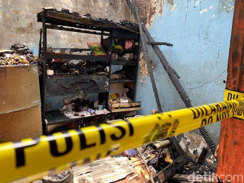 Dalam salah satu rumah yang ludes terbakar di Surabaya, ditemukan Al-Qur'an utuh. Tak hanya Al-Qur'an, tapi juga buku yasin.