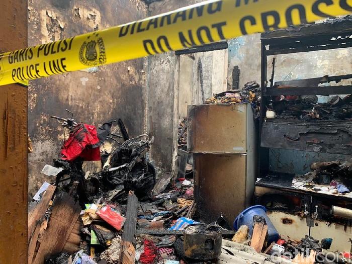 Kebakaran melalap tiga rumah di Surabaya. Api berasal dari dapur warga yang tengah memasak namun ditinggal pergi.