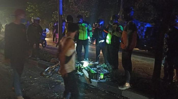Tiga sepeda motor terlibat kecelakaan di Sidoarjo. Dua pengendara tewas.