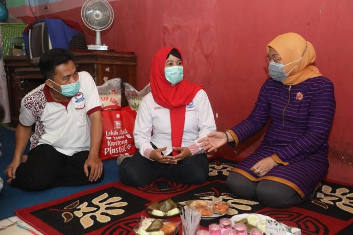 Menteri Ketenagakerjaan Ida Fauziyah mengunjungi rumah dan berdialog langsung dengan penerima bantuan subsidi gaji/upah (BSU) di Kabupaten Pekalongan,