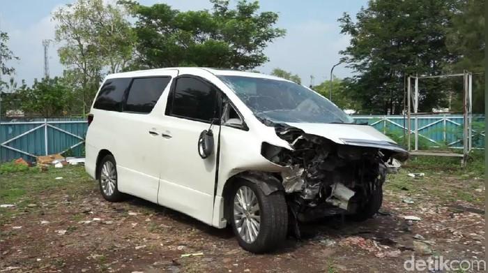 Mobil Alphard yang ditumpangi Hanafi Rais rusak di bagian depan